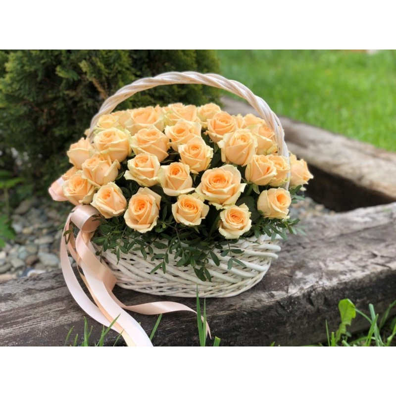 Корзина из 51 персиковой розы