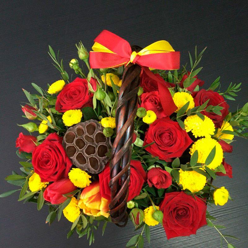 """Корзинка с цветами """"Яркие краски"""""""