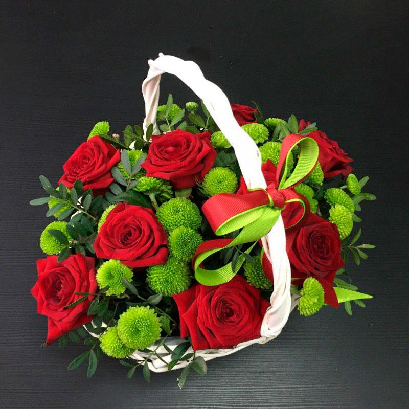 Корзина цветов с розами