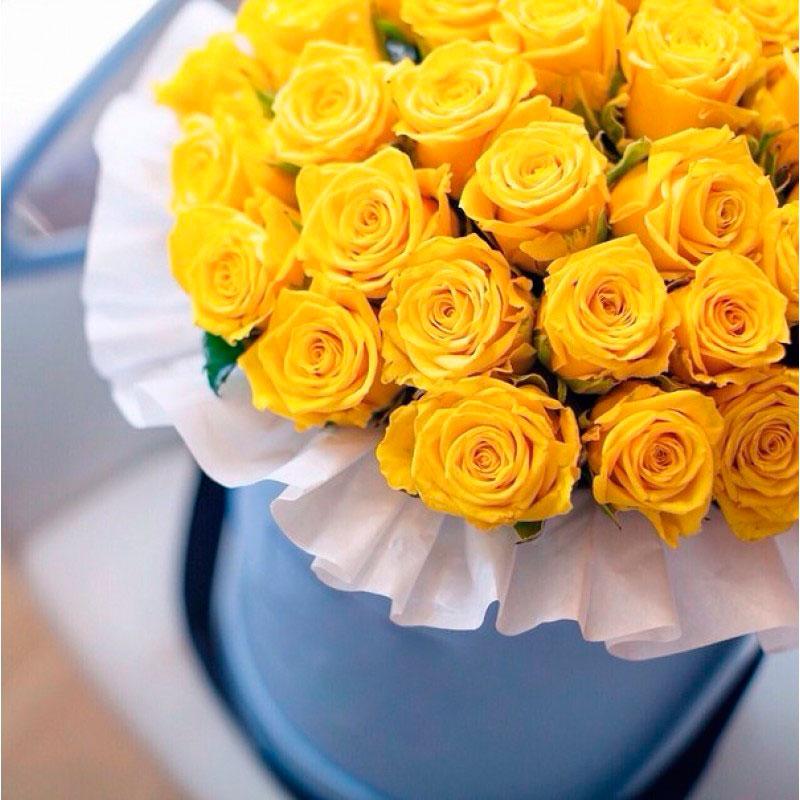 Желтые розы в шляпной коробке